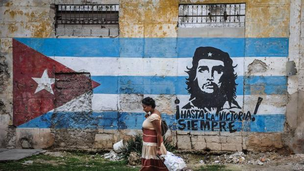 Mural of the Cuban flag with a portrait of Che Guevara.