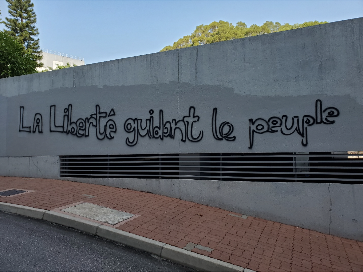 Graffiti on a wall written in French.